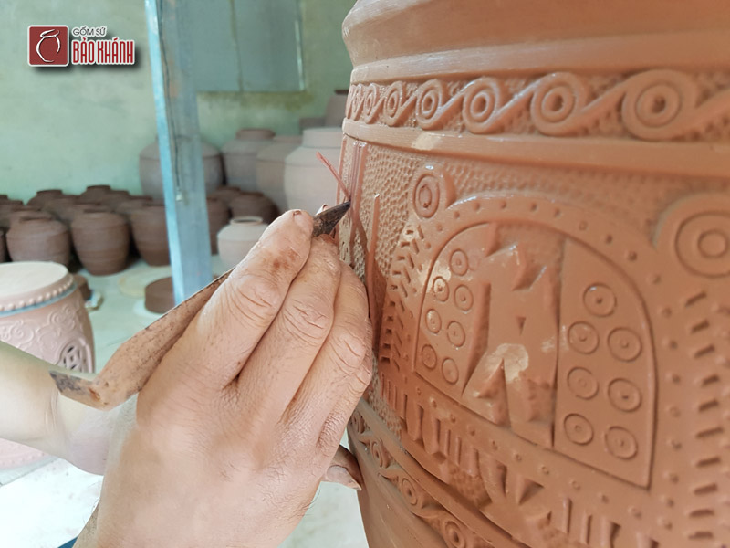 Quá trình khắc nổi thủ công Chum sành Đông Sơn Âu Lạc